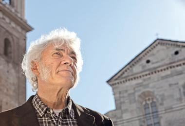 In foto: Mario Tremore, oggi 62 anni, fotografato davanti al Duomo di Torino.