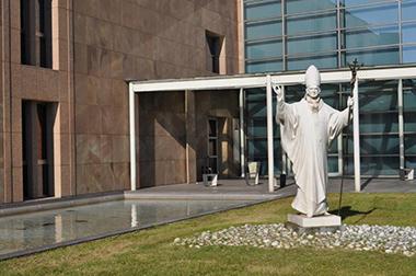 Una statua di Paolo VI all'ingresso del moderno edificio che ospita la collezione d'Arte contemporanea a Concesio.