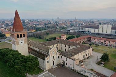Una vista dall'alto dell'abbazia di San Pietro a Villanova