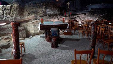Una semplice cappella con un altare e l'ambone ricavati da tronchi di cedro del Libano