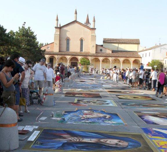 Il raduno nazionale dei Madonnari si svolge ogni anno a Curtatone sul piazzale del santuario